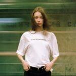 Smart med en unik T-shirt med tekst